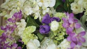Όμορφο ντεκόρ των λουλουδιών για την κινηματογράφηση σε πρώτο πλάνο γαμήλιας τελετής απόθεμα βίντεο