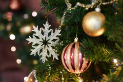 Όμορφο ντεκόρ Χριστουγέννων, νέα παιχνίδια έτους, πυράκτωση στη σκοτεινή γιρλάντα Χριστουγεννιάτικο δέντρο που διακοσμείται με τα Στοκ Εικόνες