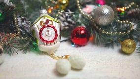 Όμορφο ντεκόρ Χριστουγέννων στο χιόνι απόθεμα βίντεο
