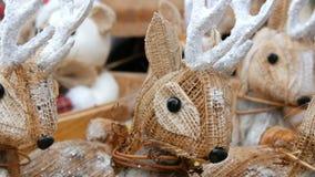 Όμορφο ντεκόρ Χριστουγέννων υπό μορφή ειδωλίων αχύρου των ελαφιών στην αγορά Χριστουγέννων φιλμ μικρού μήκους