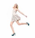 Όμορφο ξανθό άλμα κοριτσιών Στοκ εικόνες με δικαίωμα ελεύθερης χρήσης