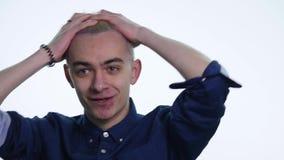 Όμορφο ξανθό άτομο που παρουσιάζει διαφορετικές συγκινήσεις στο άσπρο υπόβαθρο κλείστε επάνω απόθεμα βίντεο