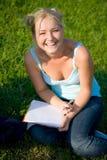 Όμορφο ξανθό αστείο κορίτσι με το βιβλίο αντιγράφων Στοκ Εικόνες