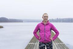 Όμορφο ξανθό ευρωπαϊκό σουηδικό καυκάσιο κορίτσι ικανότητας στη λίμνη πάγου Στοκ φωτογραφία με δικαίωμα ελεύθερης χρήσης