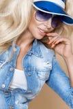 Όμορφο ξανθό θηλυκό πρότυπο που φορά ένα σακάκι και τα σορτς τζιν Στοκ φωτογραφίες με δικαίωμα ελεύθερης χρήσης