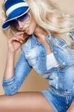 Όμορφο ξανθό θηλυκό πρότυπο που φορά ένα σακάκι και τα σορτς τζιν Στοκ φωτογραφία με δικαίωμα ελεύθερης χρήσης