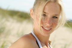όμορφο ξανθό θηλυκό υπαίθρια Στοκ φωτογραφίες με δικαίωμα ελεύθερης χρήσης