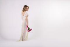 Όμορφο ξανθό κορίτσι άνοιξη με τα λουλούδια Στοκ εικόνα με δικαίωμα ελεύθερης χρήσης