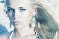 Όμορφο ξανθό κορίτσι. γυναίκα ομορφιάς. υπόβαθρο πετρών Στοκ φωτογραφία με δικαίωμα ελεύθερης χρήσης
