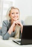 Όμορφο ξανθό κορίτσι με ένα σημειωματάριο στο σπίτι Στοκ εικόνα με δικαίωμα ελεύθερης χρήσης