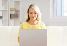 Όμορφο ξανθό κορίτσι με ένα σημειωματάριο στο σπίτι Στοκ φωτογραφίες με δικαίωμα ελεύθερης χρήσης