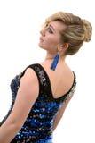 Όμορφο ξανθό κορίτσι με την κυματιστή τρίχα σε ένα μπλε φόρεμα με το τσέκι Στοκ Εικόνα