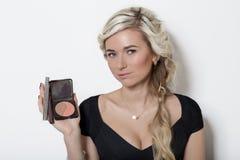 Όμορφο ξανθό κορίτσι με την τρίχα με τα ξανθά μαλλιά, καμία σύνθεση σε ένα άσπρο υπόβαθρο στο στούντιο Στοκ εικόνες με δικαίωμα ελεύθερης χρήσης