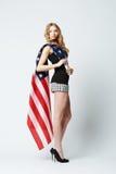 Όμορφο ξανθό κορίτσι με τη αμερικανική σημαία Στοκ Εικόνα