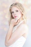 Όμορφο ξανθό κορίτσι με το κόσμημα Στοκ φωτογραφία με δικαίωμα ελεύθερης χρήσης