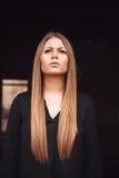 Όμορφο ξανθό κορίτσι με το μαύρο πουκάμισο Στοκ εικόνες με δικαίωμα ελεύθερης χρήσης
