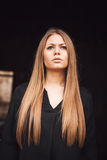 Όμορφο ξανθό κορίτσι με το μαύρο πουκάμισο Στοκ Εικόνες