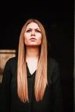 Όμορφο ξανθό κορίτσι με το μαύρο πουκάμισο Στοκ Φωτογραφίες