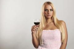 Όμορφο ξανθό κορίτσι με wineglass μπλε φόρεμα maike Ξηρό κόκκινο κρασί γυναίκα με το οινόπνευμα εδώ κείμενό σας Στοκ εικόνα με δικαίωμα ελεύθερης χρήσης