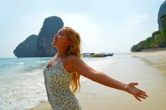 Όμορφο ξανθό κορίτσι που απολαμβάνει τον ήλιο στην παραλία Στοκ εικόνα με δικαίωμα ελεύθερης χρήσης