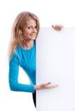 Όμορφο ξανθό κορίτσι που κρατά έναν κενό λευκό πίνακα Στοκ φωτογραφίες με δικαίωμα ελεύθερης χρήσης