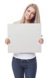 Όμορφο ξανθό κορίτσι που κρατά την κενή αφίσα στοκ φωτογραφίες