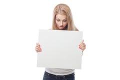 Όμορφο ξανθό κορίτσι που κρατά την κενή αφίσα στοκ φωτογραφίες με δικαίωμα ελεύθερης χρήσης