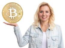 Όμορφο ξανθό κορίτσι που παρουσιάζει χρυσό νόμισμα Bitcoin στοκ φωτογραφία με δικαίωμα ελεύθερης χρήσης