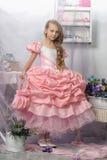 Όμορφο ξανθό κορίτσι σε ένα ρόδινο φόρεμα Στοκ εικόνα με δικαίωμα ελεύθερης χρήσης