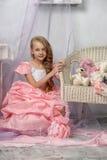 Όμορφο ξανθό κορίτσι σε ένα ρόδινο φόρεμα Στοκ Φωτογραφία