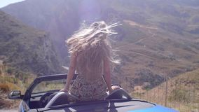 Όμορφο ξανθό κορίτσι σε μπλε Cabrio απόθεμα βίντεο