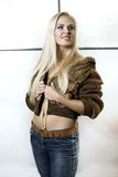 Όμορφο ξανθό κορίτσι στη γούνα στοκ φωτογραφίες