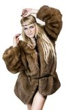 Όμορφο ξανθό κορίτσι στη γούνα Στοκ Εικόνες