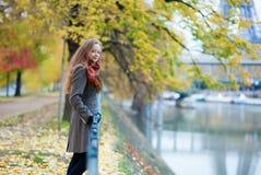 Όμορφο ξανθό κορίτσι στο νησί κύκνων στο Παρίσι στοκ φωτογραφία