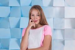 Όμορφο ξανθό κορίτσι σχετικά με το πρόσωπο και το χαμόγελό της Στοκ Εικόνες
