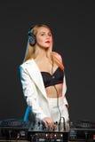 Όμορφο ξανθό κορίτσι του DJ στις γέφυρες - το κόμμα Στοκ φωτογραφίες με δικαίωμα ελεύθερης χρήσης