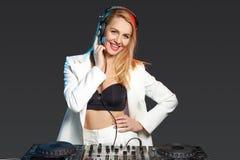 Όμορφο ξανθό κορίτσι του DJ στις γέφυρες - το κόμμα Στοκ Εικόνες