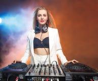 Όμορφο ξανθό κορίτσι του DJ στις γέφυρες - το κόμμα Στοκ εικόνες με δικαίωμα ελεύθερης χρήσης