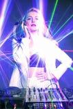 Όμορφο ξανθό κορίτσι του DJ στις γέφυρες - το κόμμα, Στοκ εικόνα με δικαίωμα ελεύθερης χρήσης