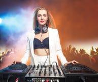 Όμορφο ξανθό κορίτσι του DJ στις γέφυρες - το κόμμα, Στοκ Φωτογραφία