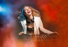 Όμορφο ξανθό κορίτσι του DJ στις γέφυρες - το κόμμα, Στοκ φωτογραφίες με δικαίωμα ελεύθερης χρήσης