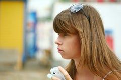όμορφο ξανθό κορίτσι υπαίθ&rh Στοκ Εικόνες