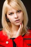 όμορφο ξανθό κόκκινο κοριτσιών φορεμάτων Στοκ εικόνα με δικαίωμα ελεύθερης χρήσης