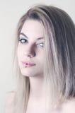 Όμορφο ξανθό μαλλιαρό κορίτσι με να διαπερνήσει Στοκ Εικόνα