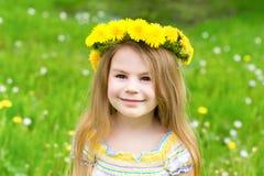 Όμορφο ξανθό μικρό κορίτσι με ένα floral επικεφαλής στεφάνι Στοκ Φωτογραφία