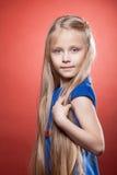 Όμορφο ξανθό μικρό κορίτσι με τα μακριά τριχώματα στοκ εικόνα με δικαίωμα ελεύθερης χρήσης