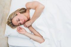 Όμορφο ξανθό να βρεθεί στον ύπνο κρεβατιών Στοκ εικόνες με δικαίωμα ελεύθερης χρήσης