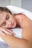 Όμορφο ξανθό να βρεθεί στο κρεβάτι της κοιμισμένο Στοκ Φωτογραφίες