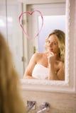 Όμορφο ξανθό να φανεί μια μεγάλη καρδιά στον καθρέφτη Στοκ εικόνα με δικαίωμα ελεύθερης χρήσης