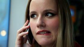 Όμορφο ξανθό οδηγώντας τραμ γυναικών, που μιλά σε κινητό, τηλέφωνο, κύτταρο, χείλια δαγκώματος απόθεμα βίντεο